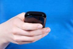 Hand genom att använda en smartphone Royaltyfria Foton