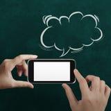 Hand genom att använda mobiltelefonen med anförandebubblan Royaltyfri Bild
