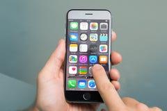 Hand genom att använda olika apps på Apple iPhone6 Arkivbild