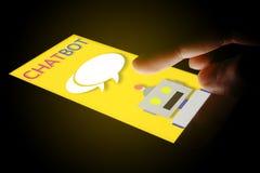 Hand genom att använda prata smartphonen med chatbot Royaltyfria Bilder