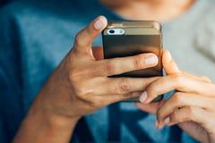 Hand genom att använda smartphonen Royaltyfri Bild