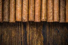 Hand gerolde sigaren op houten lijst Stock Foto