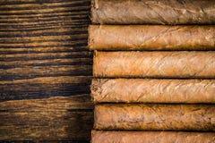 Hand gerolde sigaren op houten lijst Royalty-vrije Stock Fotografie