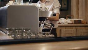 Hand-geroosterde koffie ` s, de kokende koffie van de handenbarman in de koffiemachine, binnenlandse moderne bar, barman stock video