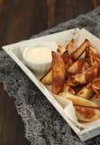 Hand-geschnittene Kartoffelchips mit Aioli Stockfotografie