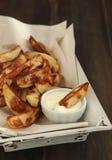 Hand-geschnittene Kartoffelchips mit Aioli Stockbilder