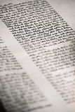 Hand geschreven Hebreeuws manuscript in een bijbel Stock Fotografie