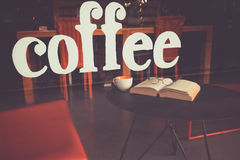 Hand geschreven koffie bij glas van koffie met kop van koffie of te Royalty-vrije Stock Foto