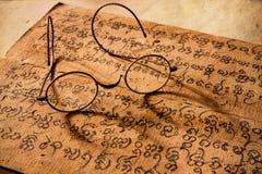 Hand Geschreven Oude Verhandeling van Lanna-karakter met zeer oud g Stock Afbeeldingen
