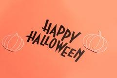 Hand geschreven uitdrukking Gelukkig Halloween met pompoenen dichtbij het royalty-vrije illustratie