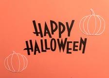 Hand geschreven uitdrukking Gelukkig Halloween met pompoenen dichtbij het stock fotografie
