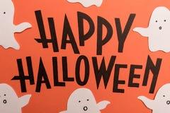 Hand geschreven uitdrukking Gelukkig Halloween met spoken dichtbij het stock illustratie