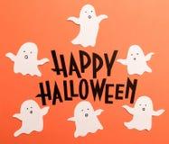 Hand geschreven uitdrukking Gelukkig Halloween met spoken dichtbij het stock afbeelding