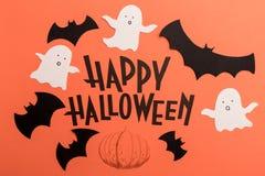 Hand geschreven uitdrukking Gelukkig Halloween met traditionele symbolen dichtbij het vector illustratie