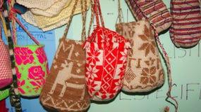 Hand-gesponnene Taschen für Verkauf in einem kleinen Speicher Stockfotografie