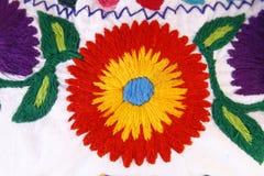 Hand gestikte stof met een kleurrijke bloem Stock Foto's