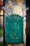Hand getrokken enveloppen die uit een brievenbus komen Stock Foto