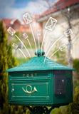 Hand getrokken enveloppen die uit een brievenbus komen Royalty-vrije Stock Foto's