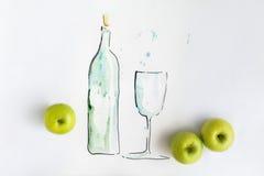Hand getrokken fles water met volledige glas en appelen stock afbeelding
