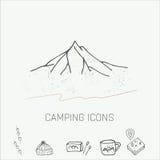 Hand getrokken het kamperen geplaatste pictogrammen Royalty-vrije Stock Afbeeldingen