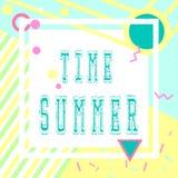 Hand getrokken het van letters voorzien de zomertijd met heldere achtergrond Abstracte ontwerpkaart voor drukken, vliegers, banne Stock Foto