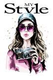 Hand getrokken mooi jong vrouwenportret Maniervrouw in modieus GLB Leuk meisje met fotocamera stock illustratie