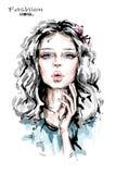 Hand getrokken mooie jonge vrouw met lang blondehaar Modieus meisje De maniervrouw kijkt Mooi vrouwelijk gezicht royalty-vrije illustratie