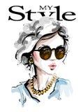 Hand getrokken mooie jonge vrouw in zonnebril Modieus elegant meisje De maniervrouw kijkt schets royalty-vrije illustratie