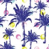 Hand getrokken palmen naadloos die patroon op inktachtergrond wordt geïsoleerd Exotische in achtergrond met tropische kokospalm Stock Foto