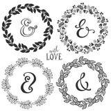 Hand getrokken rustieke uitstekende kronen met het van letters voorzien en ampersand royalty-vrije illustratie