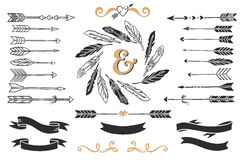 Hand getrokken uitstekende pijlen, veren, en linten met het van letters voorzien