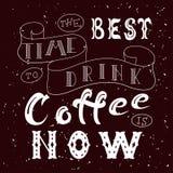 Hand getrokken van letters voorziende affiche Vectorcitaat Kunstillustratie De beste tijd om koffie te drinken is nu Stock Foto