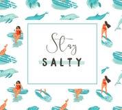 Hand getrokken vector van de de tijdpret van de beeldverhaalzomer de affichemalplaatje met surfermeisjes en modert zoute het verb Royalty-vrije Stock Fotografie
