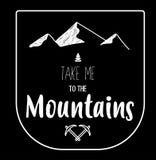 Hand getrokken volledig editable embleem van bergen op zwarte achtergrond, Royalty-vrije Stock Afbeeldingen