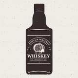 Hand getrokken whiskyfles met embleem Uitstekende etiket van typografie het zwart-wit hipster Voor flayeraffiche of t-shirtdruk Royalty-vrije Stock Fotografie
