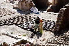 Hand gevormde kleibakstenen die in de zon drogen Stock Afbeeldingen