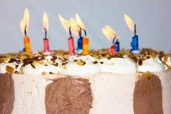 Hand gezeichnete Abbildung leuchtet alles- Gute zum Geburtstagglückwunsch durch Stockbild
