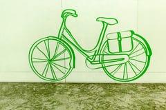 Hand gezeichnete Fahrradikone auf grünem Hintergrund lizenzfreie stockfotografie
