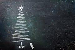 Hand gezeichnete Gekritzel-Weihnachtsbaum-Kreide-Tafel in der gewundenen Form Funkelndes Funkeln beleuchtet neues Jahr-Gruß-Karte stockbild