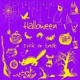 Hand gezeichnete Gekritzelhalloween-Parteielemente Gelbe Gegenstände, violetter Aquarellhintergrund Designillustration für Plakat Lizenzfreie Abbildung
