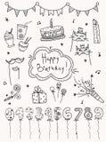 Hand gezeichnete gesetzte Geburtstagselemente Kuchen, Ballone, festliche Attribute Stockfotos