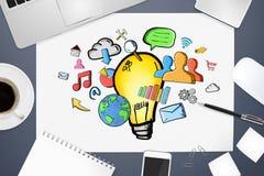 Hand gezeichnete Glühlampe auf Bürohintergrund Lizenzfreies Stockbild