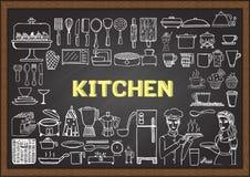 Hand gezeichnete Küchenausrüstung auf Tafel Gekritzel oder Elemente für Restaurantdesign Lizenzfreie Stockfotografie