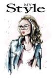 Hand gezeichnete schöne junge Frau in den Brillen Frau des blonden Haares der Mode Stilvolles Mädchen lizenzfreie abbildung