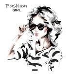 Hand gezeichnete sch?ne junge Frau in der Sonnenbrille Dame in gestreiftem Hemd Stilvolles M?dchen Modefrauenblick skizze stock abbildung