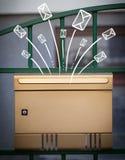 Hand gezeichnete Umschläge, die aus einen Briefkasten herauskommen Stockbilder