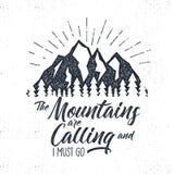 Hand gezeichneter advventure Aufkleber Berge, die Illustration nennen Typografiedesign mit Sonnenexplosionen Rauen Sie Art auf ab Lizenzfreies Stockfoto