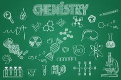 Hand gezeichneter Chemiesatz Kreide auf der Tafel Lizenzfreie Stockbilder