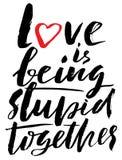 Hand gezeichneter schwarzer Beschriftungsdruck Liebe ist zusammen dumm St Valentinsgruß-Tag stock abbildung