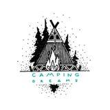 Hand gezeichneter Weinleseaufkleber mit Stammes- Zelt, Wald und Feuer Stockbild
